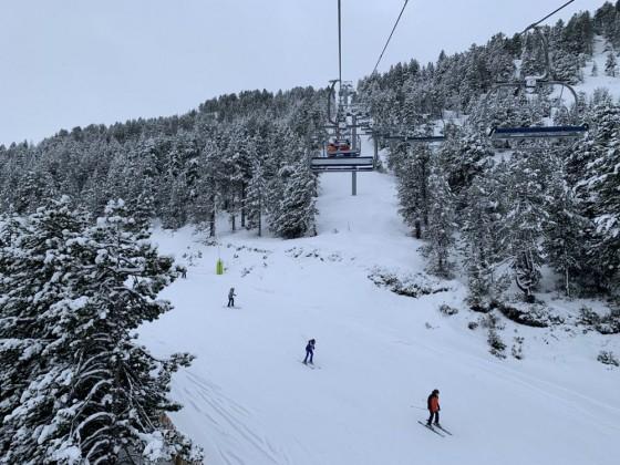 Skiers on Bosc Fosc blue run from Planell de la Font chairlift