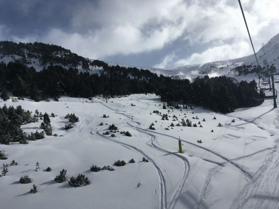 Fresh powder lines under the TSD6 Llosada chairlift