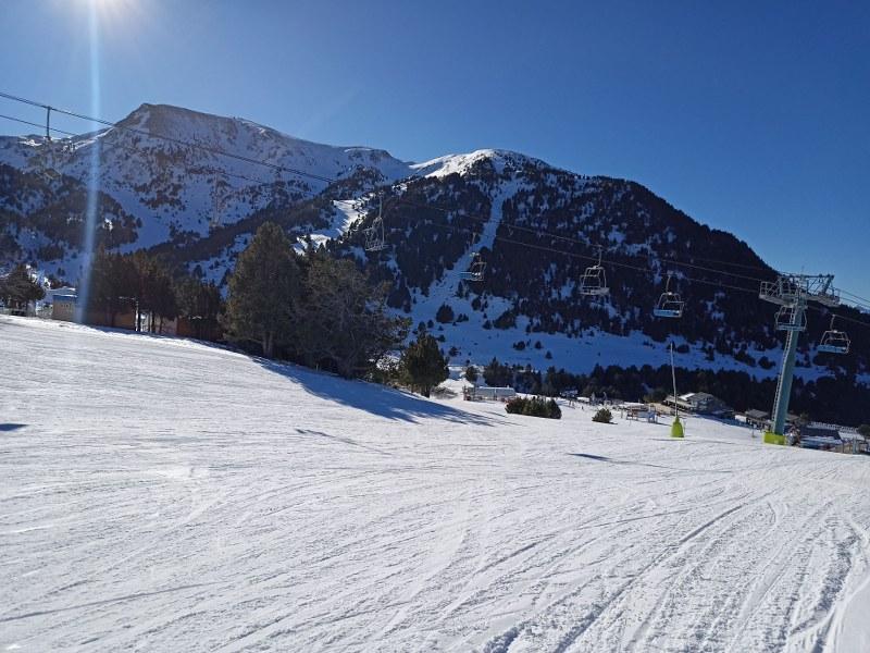 Heading down the blue slope Pi de Midgia
