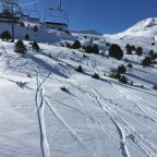 Fresh powder lines off-piste under the TSD6 Solana lift